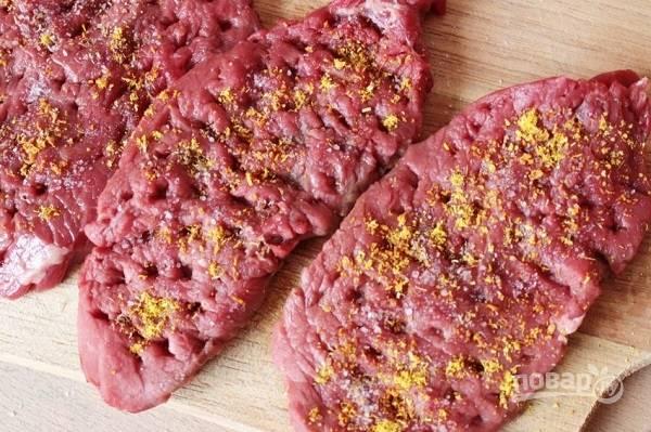 1. Мясо вымойте, обсушите и нарежьте порционными кусочками. Отбейте аккуратно с двух сторон. Посолите, добавьте любимые специи.