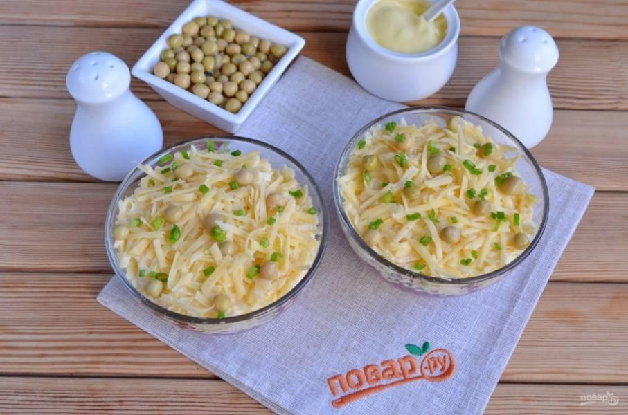 Оформите салат, как нравится, я просто присыпала тертым сыром, украсила горошком и зеленым луком. Приятного!