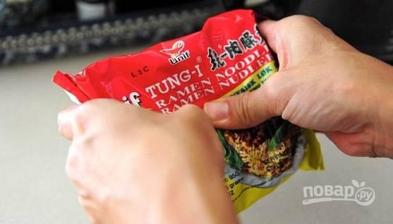 5. Слегка помните лапшу, извлеките из упаковки.