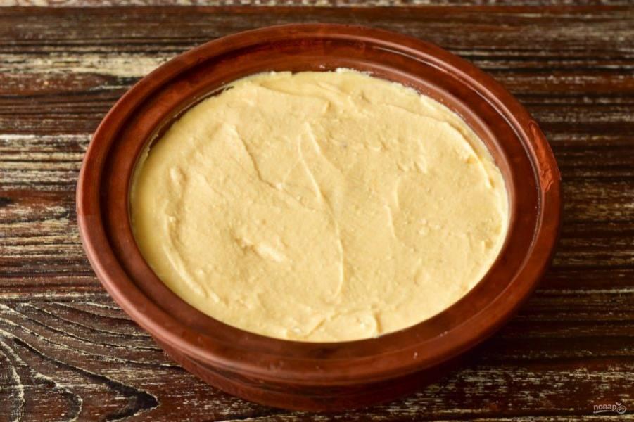 Выложите сверху творожную начинку на тесто.
