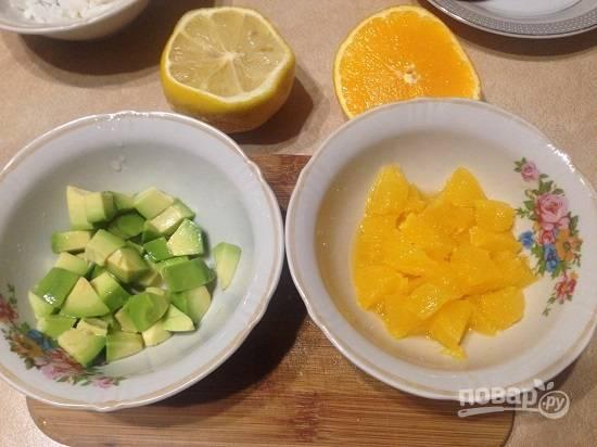 2. Очистим апельсин, нарежем его небольшими кусочками (не забываем вырезать пленки). Очистим авокадо и нарежем такими же по размеру кусочками, как апельсин. Сбрызгиваем лимонным соком, чтобы не потемнел.