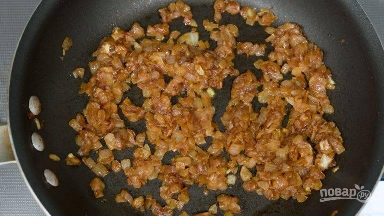 3.Почистите и мелко нарежьте лук. Нагрейте на огне кастрюлю с оливковым маслом и добавьте в нее нарезанный лук, накройте крышкой и готовьте на среднем огне в течение 15 минут, затем снимите крышку и готовьте еще 15 минут. Снимите с огня и отложите.