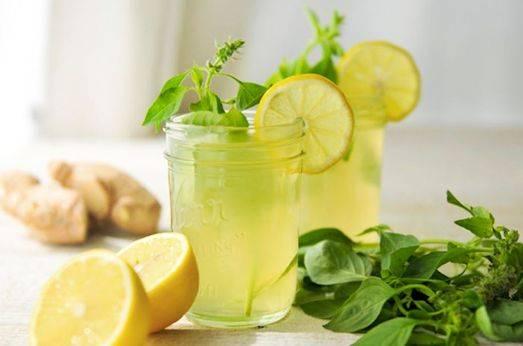 1. Классический рецепт диетических коктейлей для похудения обычно предполагает использование исключительно натуральных и полезных ингредиентов. Один из таких вариантов - это имбирно-лимонный напиток. Для его приготовления необходимо очистить небольшой кусочек корня имбиря и залить теплой водой. Оставить на время, чтобы он настоялся. Тем временем можно выжать сок среднего лимона. Процедить имбирь, добавить лимонный сок и чистую воду. Такой коктейль отлично утоляет жажду, но его лучше употреблять не чаще двух раз в неделю.