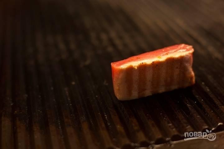 Обжарьте на сковороде (желательно на сковороде-гриль, но и обычная подойдет).