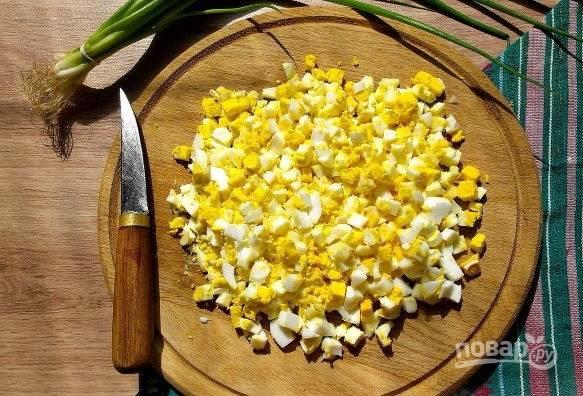 4. Пока тесто подходит, сварите до готовности в подсоленной воде рис, яйца вкрутую. Остудите яйца, очистите и нарежьте их небольшими кубиками.
