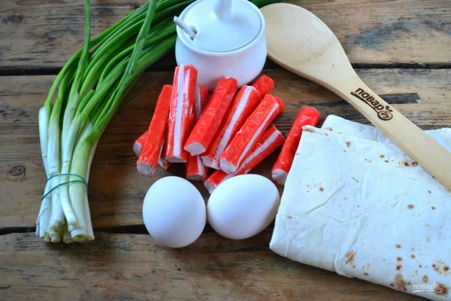 Подготовьте все необходимые ингредиенты. Яйца отварите вкрутую, охладите и очистите.