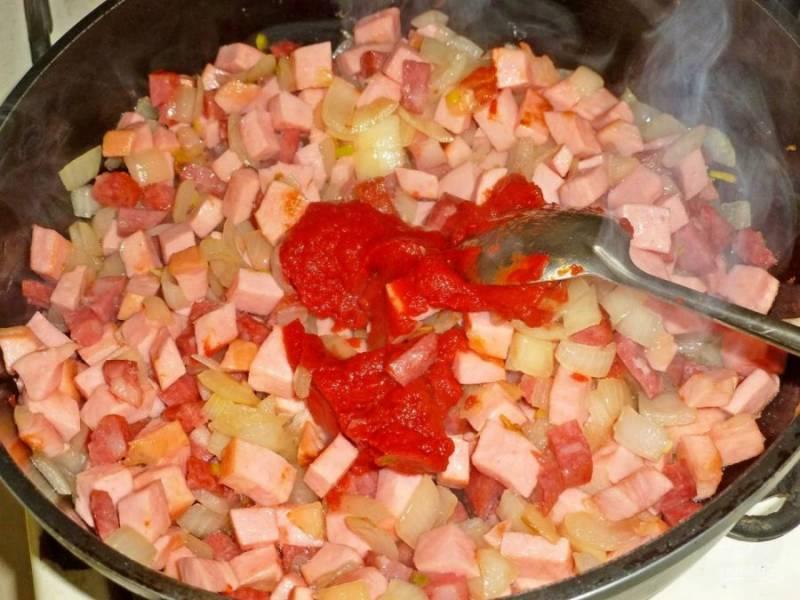6. Добавляем немного томатной пасты и хорошо все перемешиваем. Можно добавить пару столовых ложек овощного бульона.