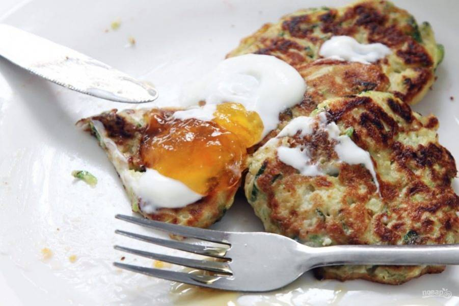 6.Подавайте оладьи со сметаной и абрикосовым джемом.