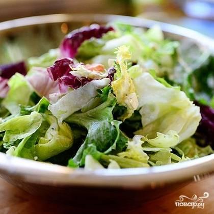Листья салата и прочей зелени довольно крупно нарезаем, выкладываем в салатницу.