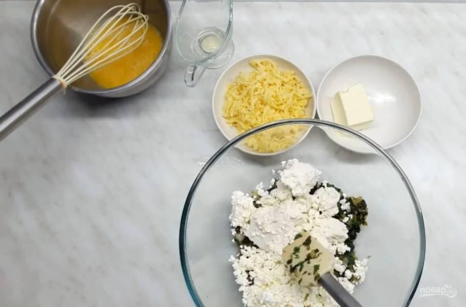4. Добавьте специи, соль и нарезанную петрушку. Обжарьте еще несколько минут и дайте начинке слегка остыть. Затем добавьте творог вместе с рикоттой, хорошо перемешайте, подсолите, добавьте яйца, слегка взбитые венчиком, с солью.