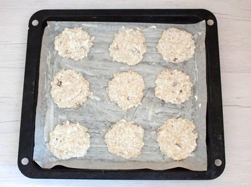 Противень застелите пергаментом, смажьте его сливочным маслом. Ложкой выложите тесто на расстоянии друг от друга и распределите в лепешечку. Поставьте выпекаться в разогретую духовку до 200 градусов на 20 минут. Ориентируйтесь по своей духовке.