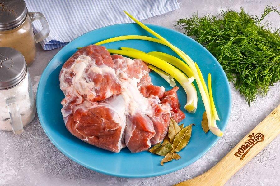 Подготовьте указанные ингредиенты. Мясо выбирайте не жирное, но с небольшой сальной прослойкой, чтобы оно не стало суховатым на вкус после запекания.