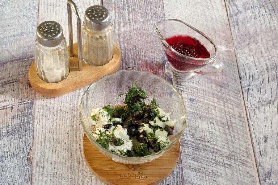 4.     Соедините оливковое масло, красный уксус. В отдельной миске соедините измельченные маслины, сыр Фета, лук, чеснок, укроп.