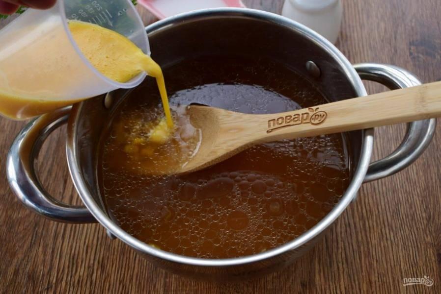 Яйца взбейте венчиком до однородности. Влейте тонкой струйкой в кипящий бульон, перемешайте.