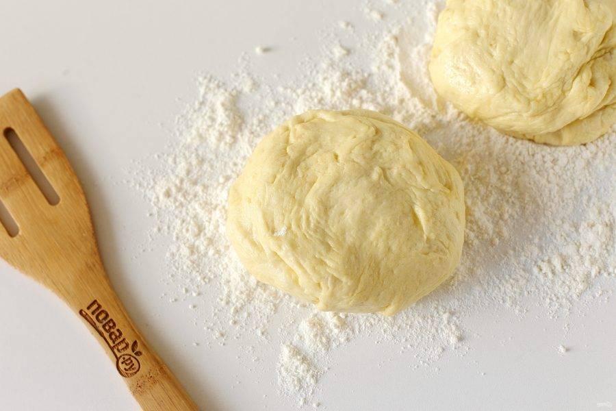 Разделите тесто на 2-3 части и из каждой сформируйте лепешку.
