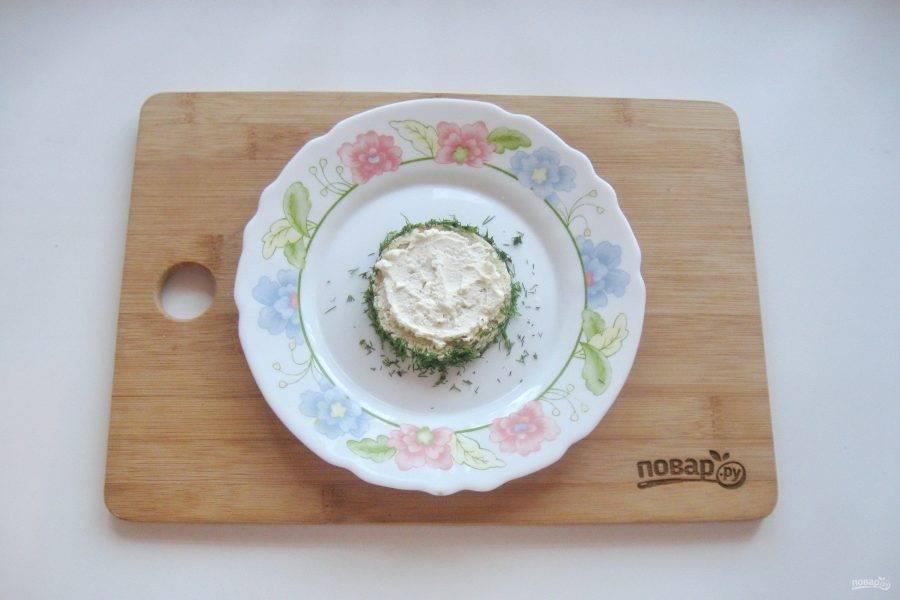 Смажьте сливочным сыром.