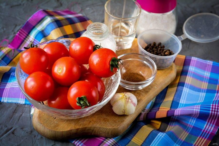 Подготовьте ингредиенты для помидоров с корицей на зиму.