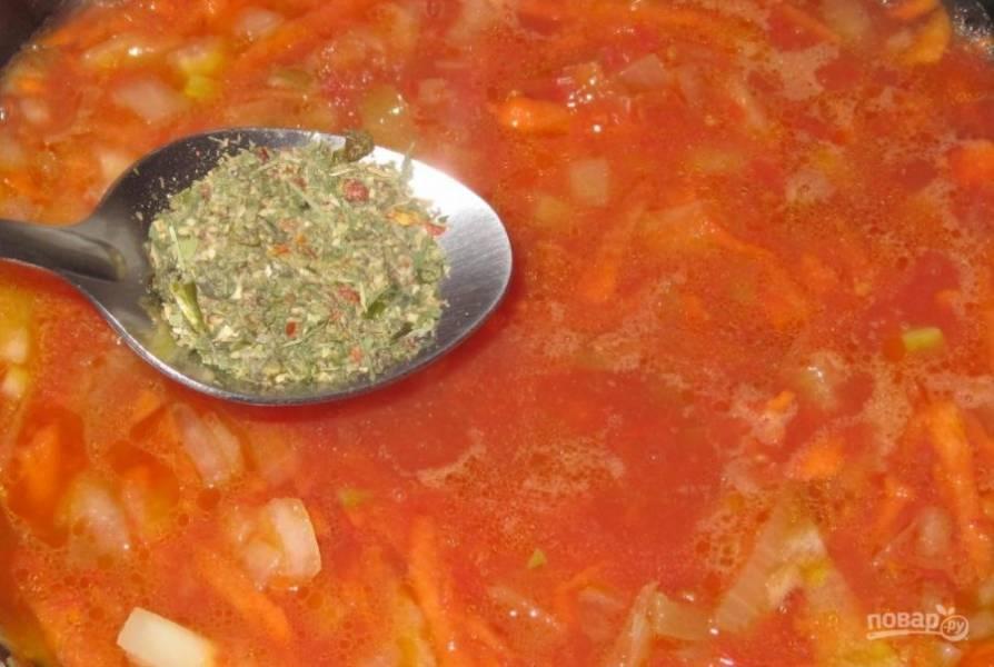 В зажарку влейте немного воды. Добавьте соль, перец, аджику и томатную пасту.