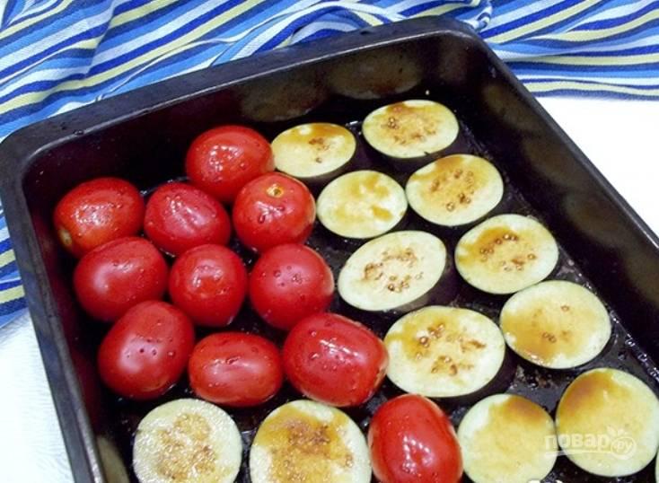 Смажьте противень маслом и выложите на него овощи. Присыпьте томаты и баклажаны солью и перцем, немного полейте соевым соусом.