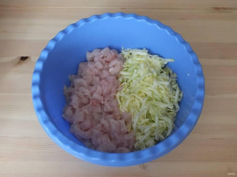 Куриное филе нарежьте мелким кубиком и добавьте к кабачку.