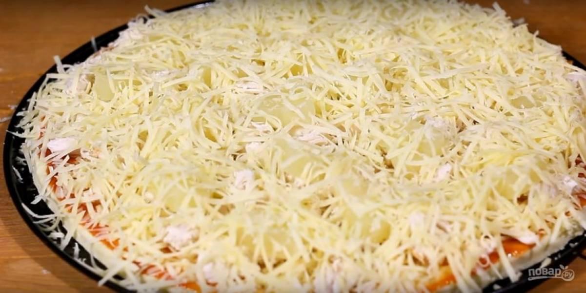 Сверху присыпьте тертым сыром.