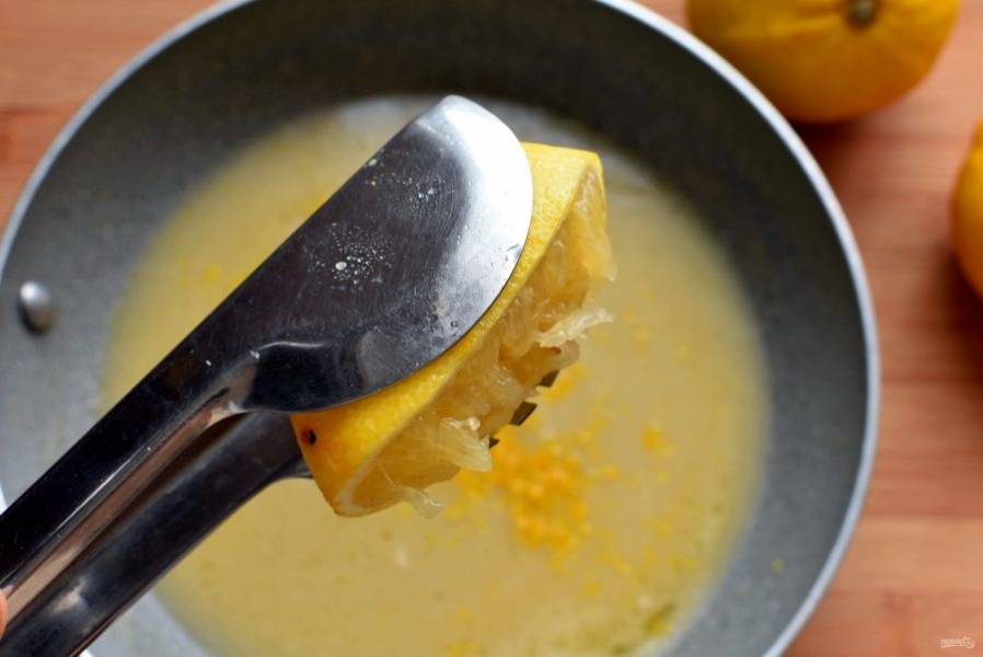 Выжмите туда же сок из лимонов. Посолите и, помешивая, проварите пару минут.