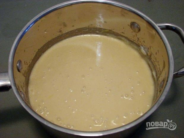 2.Добавьте в миску куриные яйца, сахар, сгущенку, ванильный и лимонный экстракты, перемешайте.