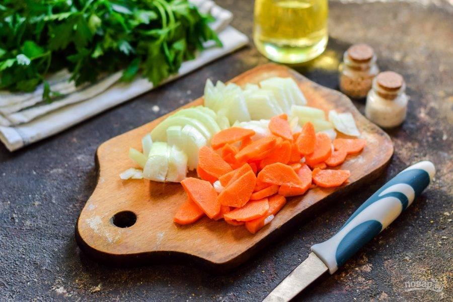 Очистите лук и морковь, овощи сполосните и просушите. Нарежьте лук полукольцами, морковь нарежьте брусочками.