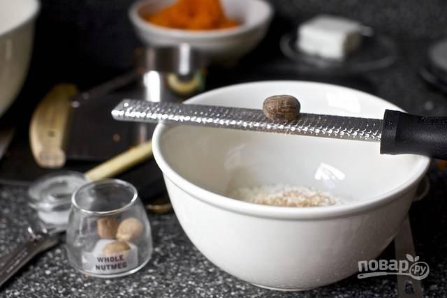 3. В глубокую мисочку просейте муку, добавьте соль, разрыхлитель, корицу, имбирь, мускатный орех. Отдельно взбейте яйцо с сахаром, кефиром и ванильный экстрактом.