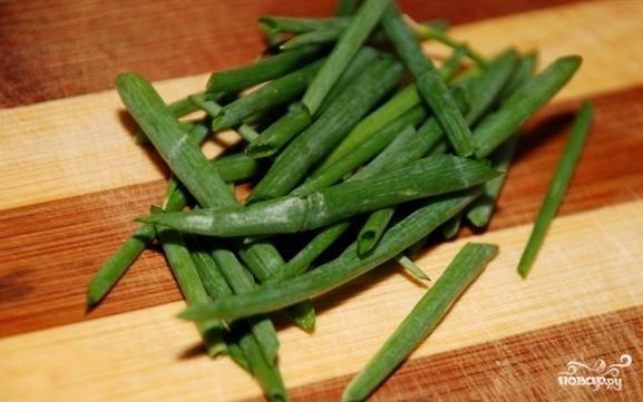 Длинненько нарежем зеленый лук, перец, нарвем салат