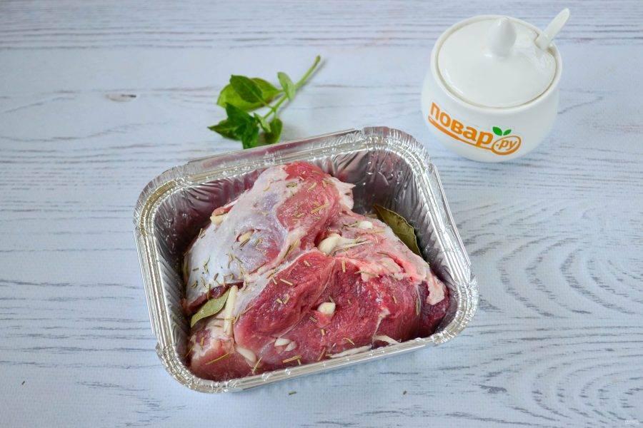 При помощи острого ножа сделайте глубокие надрезы в мясе и вложите в них кусочки чеснока. Натрите мясо солью, перцем и тимьяном, положите в небольшую форму для запекания. Под мясо положите несколько лавровых листиков. Отправьте мясо в духовку на 25-35 минут, зависимо от толщины мяса.