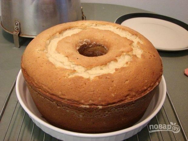 8.Переложите кекс из формы в тарелку, смажьте кекс глазурью пока он еще горячий, а затем остудите. Приятного аппетита!