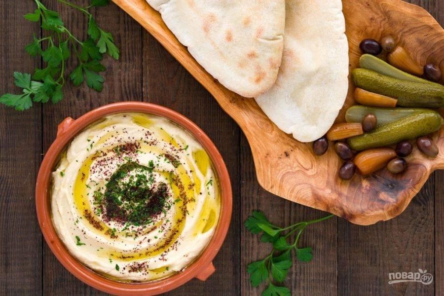5.Подавайте закуску сразу, украсив оливковым маслом, рубленой петрушкой и добавьте сумак.