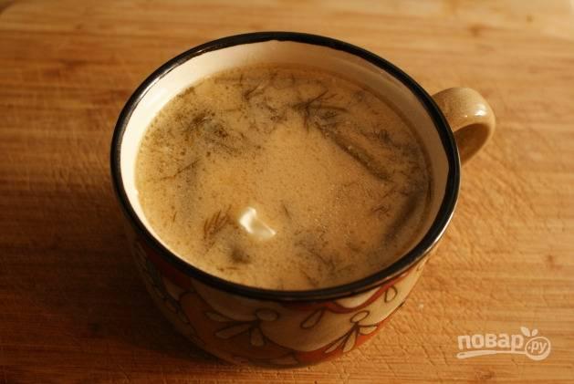 В почти готовый суп добавьте сметанную заправку. Перемешайте и варите пару минут. Достаньте из супа чеснок и лавровый лист. Приятного аппетита!