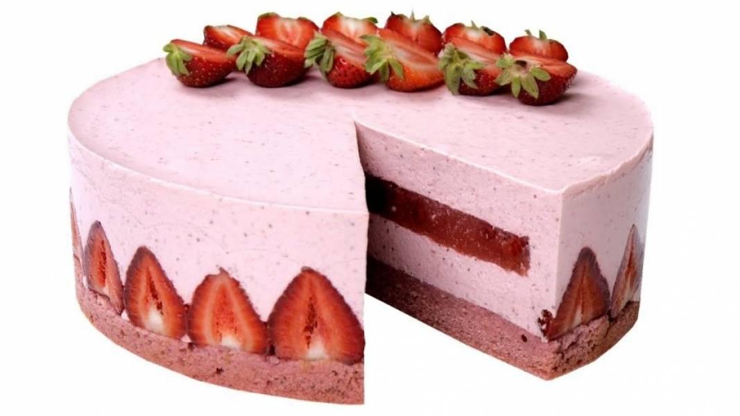 11.  Выложите оставшийся крем, разровняйте и накройте пищевой пленкой. Поставьте торт в холодильник на 6-8 часов. Снимите кольцо, пленку и украсьте половинами свежей клубники. Приятного аппетита!