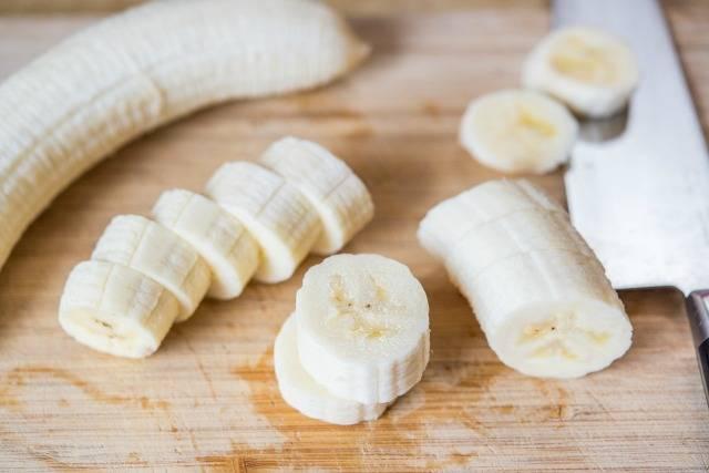 2. Очистить от кожуры и нарезать банан. Тут можно дать волю фантазии - это могут быть кружочки, овалы, полосочки или даже крупные кусочки, если разрезать банан на 4 части.