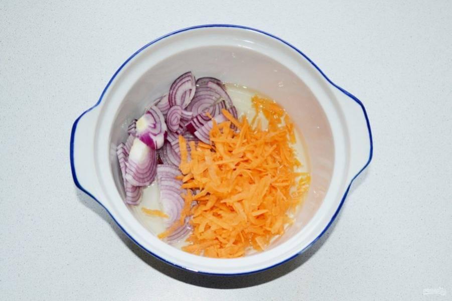 Выложите лук с морковью.