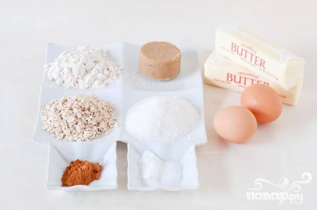 1. Разогреть духовку до 175 градусов. Выстелить противень силиконовым ковриком или пергаментной бумагой. В большой миске миксером взбить сливочное масло в течение примерно 30 секунд, затем добавить сахар и взбить. Добавить яйца и ванильный экстракт, тщательно взбить. В средней миске смешать муку, корицу, соду и соль. Добавить муку в сливочную смесь в два-три захода, перемешать. Перемешать с овсяными хлопьями, пока они не будут равномерно распределены по тесту.