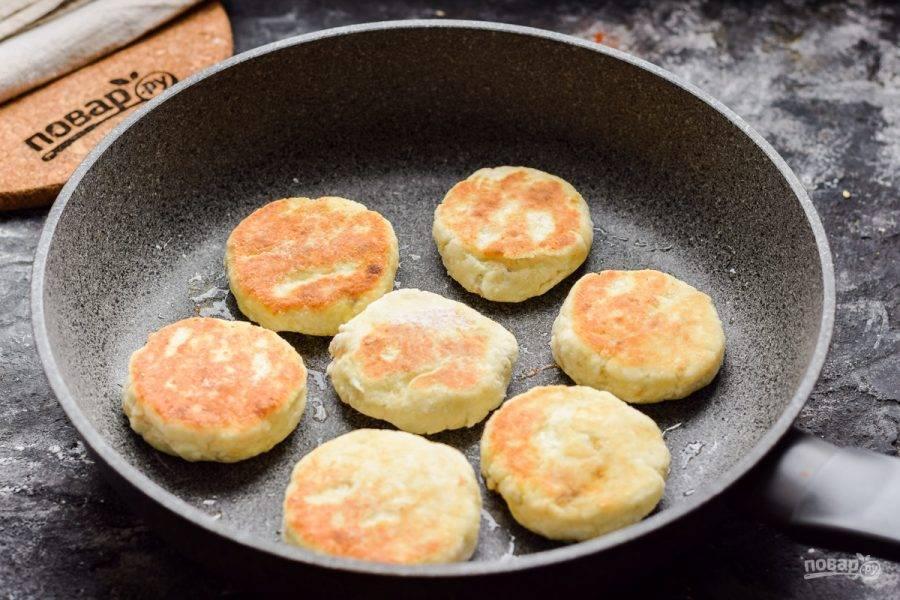 Разогрейте сковороду, слегка смажьте маслом и жарьте сырники на среднем огне, с каждой стороны по 3 минуты.