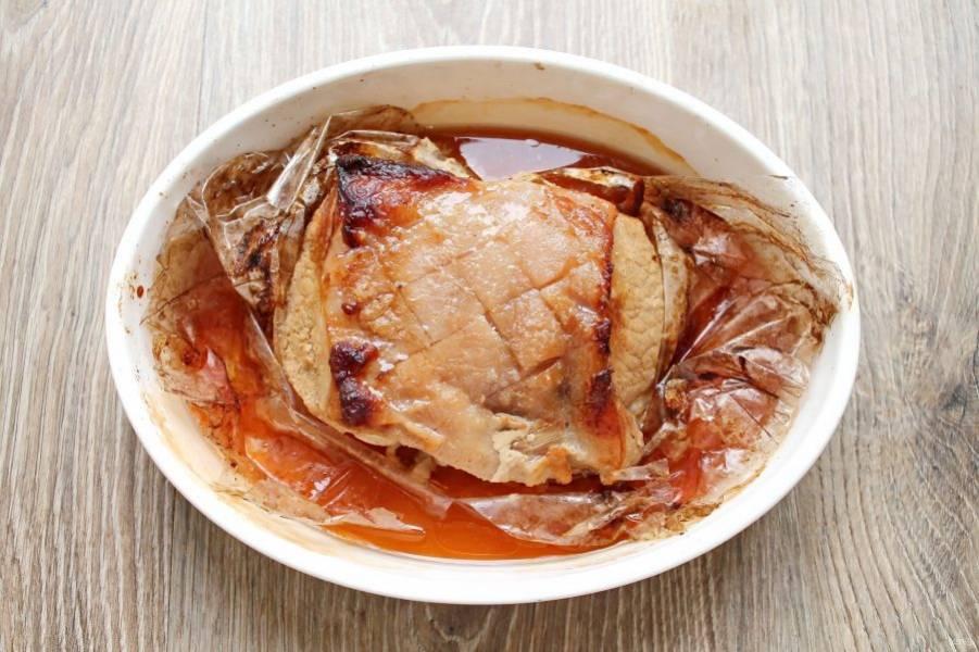 Поставьте в горячую духовку и запекайте в течение 1 часа при температуре 180 градусов. Сделайте неглубокие разрезы по диагоналям.