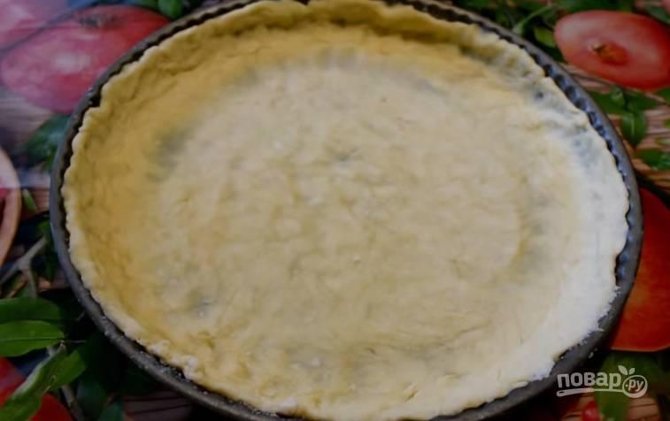 2. После того, как тесто полежит в холодильнике 10 минут, переложите его в форму для выпечки и распределите. Сделайте бортики. Поставьте форму с тестом в морозилку на 10 минут.