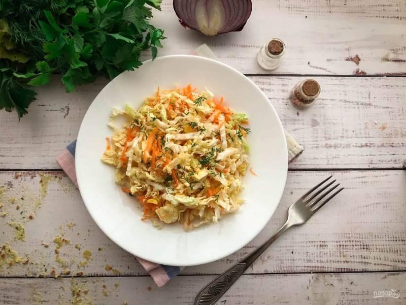 Салат с морковью и пекинской капустой готов. Приятного аппетита!