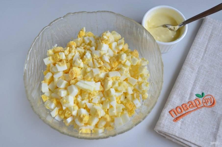 6. Приготовьте яичную начинку, для этого порубите яйца, заправьте их сливочным маслом и солью.