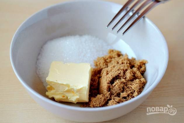В глубокой керамической мисочке смешайте масло, ванильный, коричневый и белый сахар.