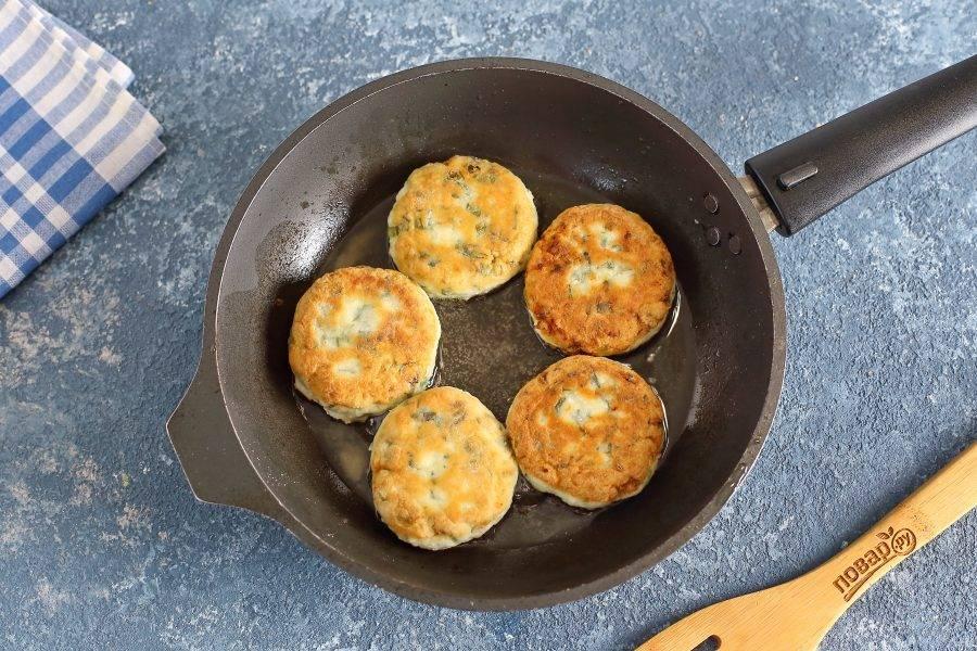 Выложите сырники на разогретую с маслом сковороду и обжарьте на среднем огне с двух сторон до золотистого цвета.