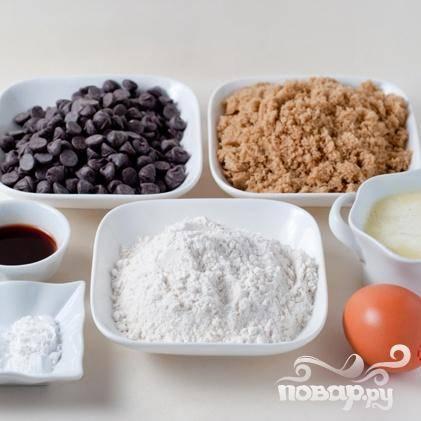 1. Разогреть духовку до 175 градусов. Сбрызнуть маслом форму для выпечки. Сделать обычный слой. Сливочное масло растопить и охладить. В небольшой миске смешать муку, разрыхлитель и соль, отложить в сторону. В средней миске венчиком смешать масло и коричневый сахар вместе. Добавить яйцо и ванильный экстракт и перемешать. Добавить мучную смесь в яичную смесь и аккуратно перемешать.
