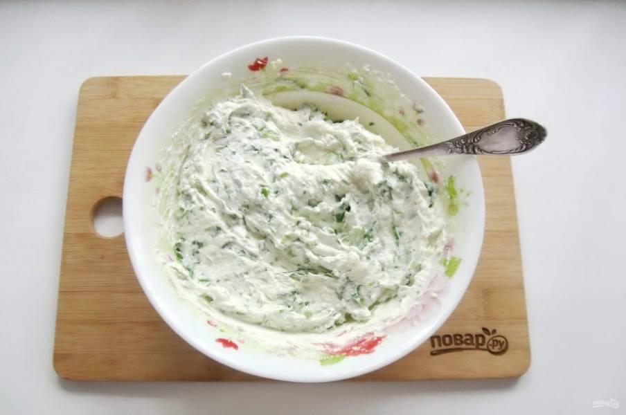 Перемешайте творожную массу со шпинатом.