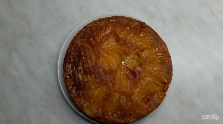 6. Выпекайте в разогретой до 180 градусов духовке примерно 1 час. Дайте тарту остыть в течение 10 минут и выньте их формы, перевернув его. Приятного аппетита!