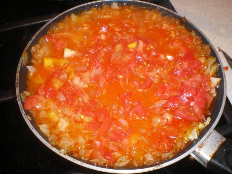 5. Теперь к луку добавим томаты, перетертые в пюре. Солим, перчим и держим на огне, пока помидоры не станут совсем мягкими и поменяют цвет.