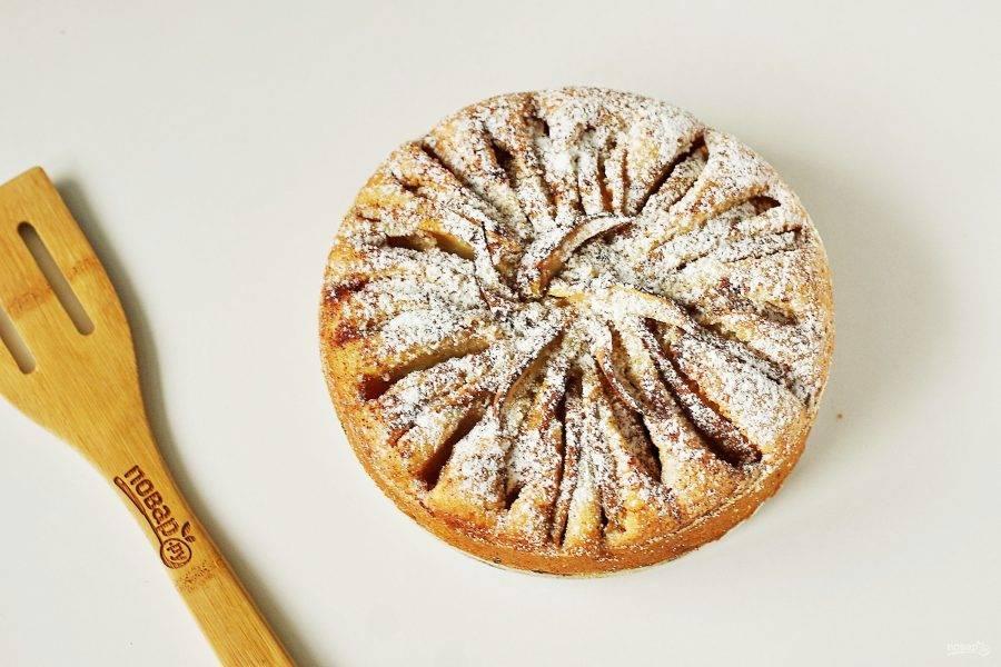 Постный манник с яблоками готов. Слега остудите его в форме, затем аккуратно извлеките, по желанию посыпьте сахарной пудрой.
